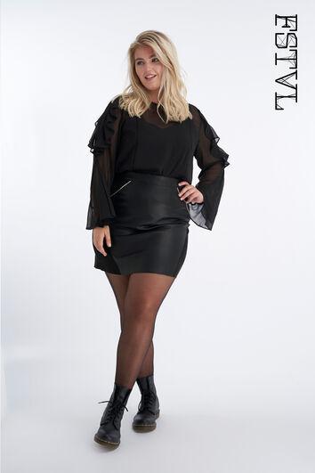 Falda con tachuelas decorativas