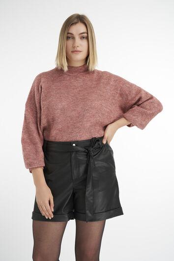 Shorts de cuero sintético con cinto atado.