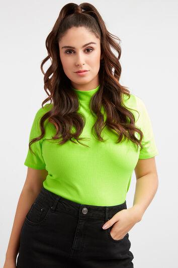 Camiseta estriada de cuello alto y color neón