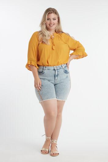 Shorts con pequeños flecos naranjas  en las costuras laterales
