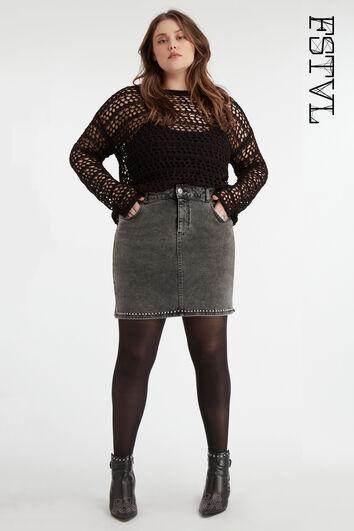 Falda con tachuelas