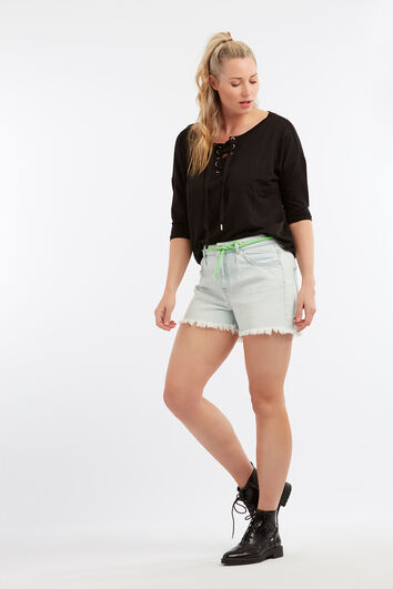 Shorts desteñidos con el dobladillo deshilachado