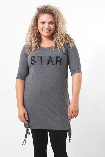 Camiseta larga con texto y detalles de cordón
